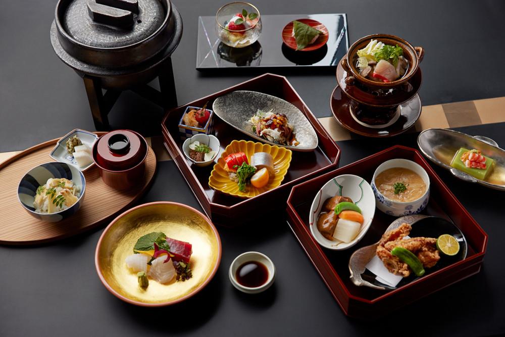 日本料理「濱」では、ランチに個室で楽しむ小箱弁当「桜濱箱会席」(11,000円・税込)、「桜濱箱」(5,500円・税込)を供する。