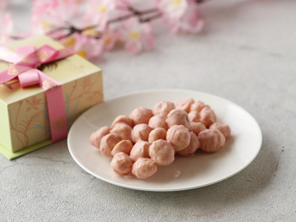 ブティック「ザ・カハラコレクション」では、4月下旬まで「マカダミアナッツチョコレート 桜」(2,800円・税込)を限定販売。