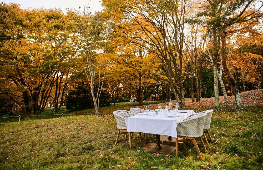 朝食は「モーニングバスケット」として庭園で楽しめる。「ひらまつコンシェルジュ」のサービスで特別なセッティングも可能。