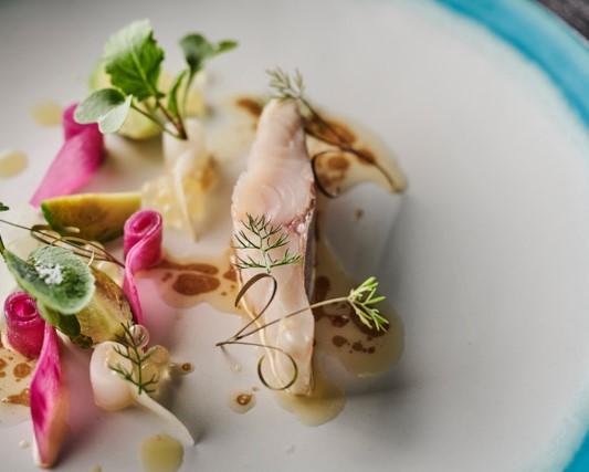 時々の旬の魚は繊細な火入れが施され、フレッシュな野菜やハーブ類と共に、五感をを覚醒させてくれる。