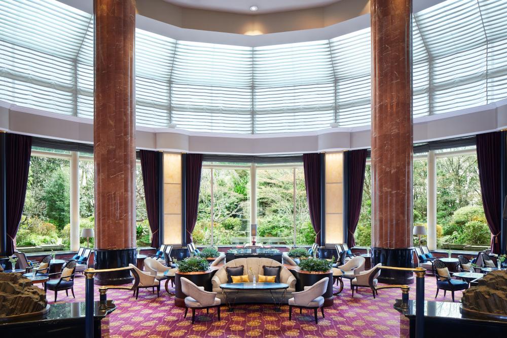 吹き抜けの開放的な空間が特徴の1階ロビーラウンジ「ザ・ラウンジ」で優雅にアフタヌーンティーを。