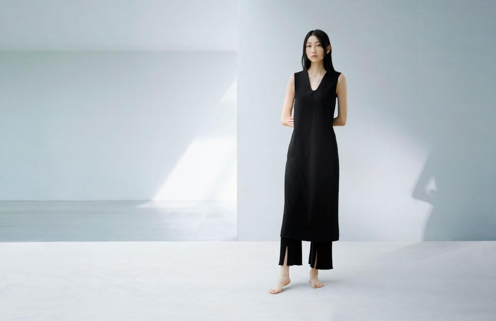「エアリズムコットンブラワンピース」(2,990円)や「3Dリブフロントスリットパンツ」(4,990円)は、部屋着としても外出着としてもボーダレスに使える。
