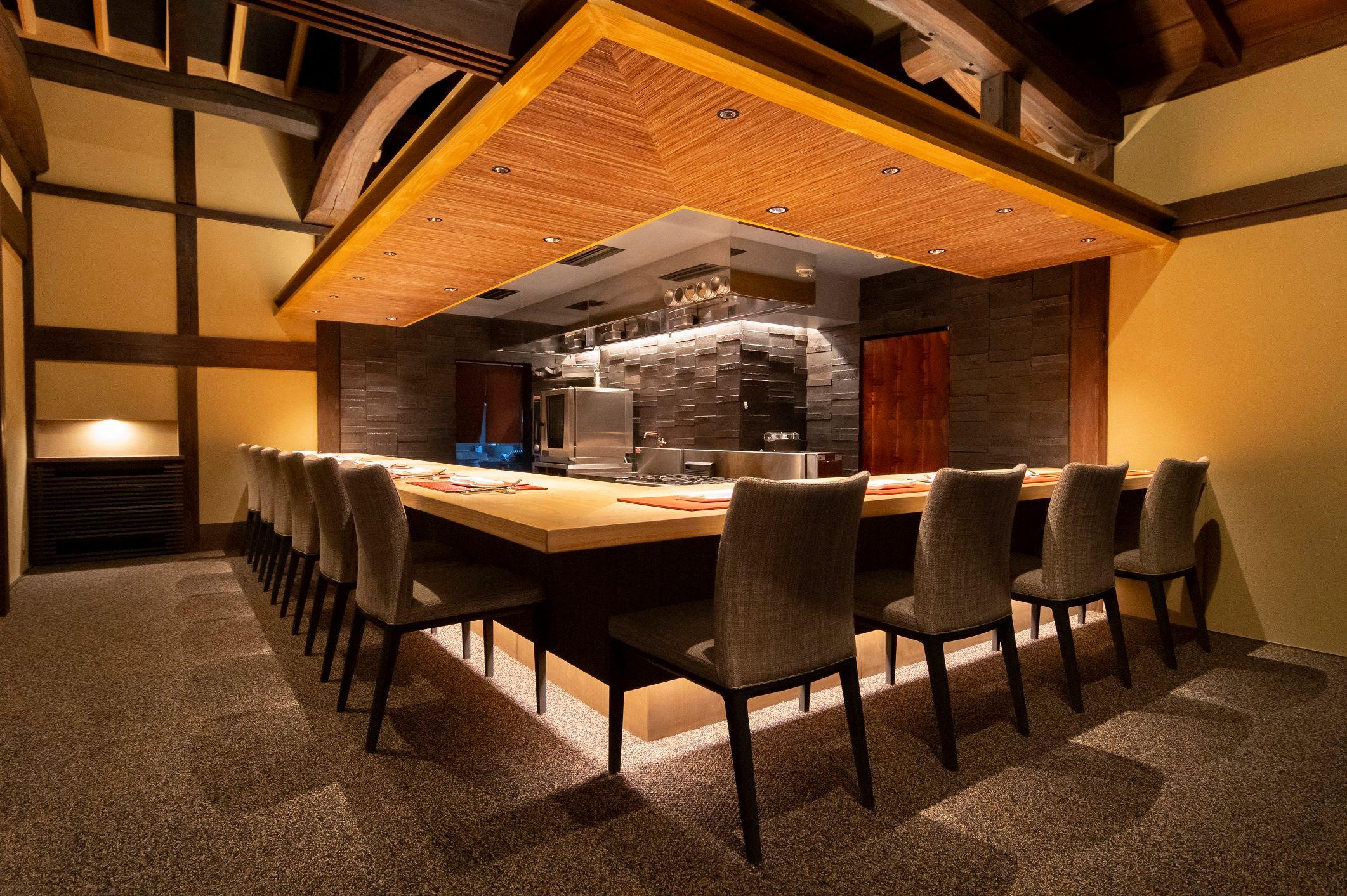 一軒家レストランのような特別感があり、ライブ感があるカウンター形式も楽しい。