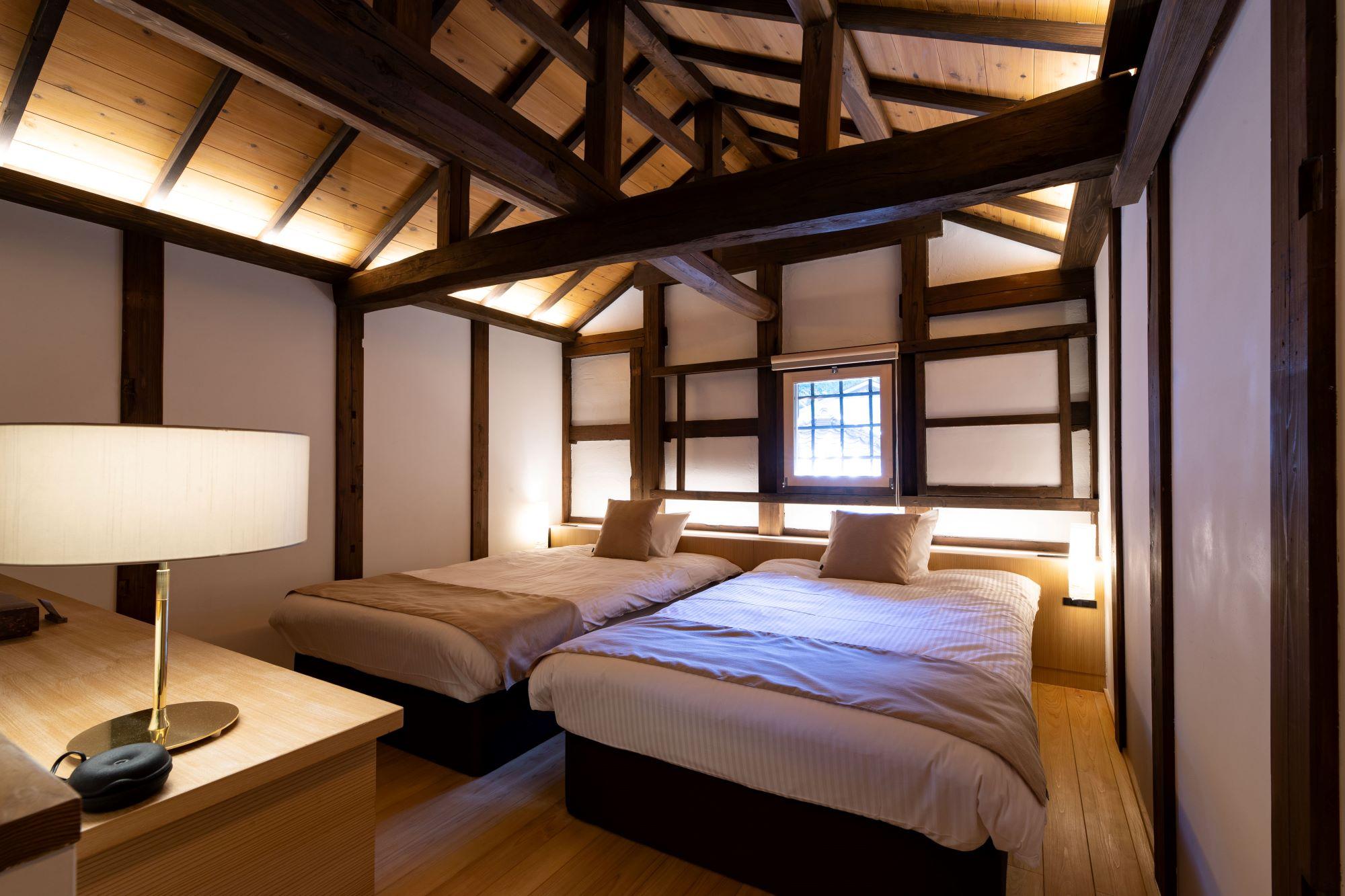 室内と続く「内蔵(うちくら)」をリノベーションしたベッドルーム。
