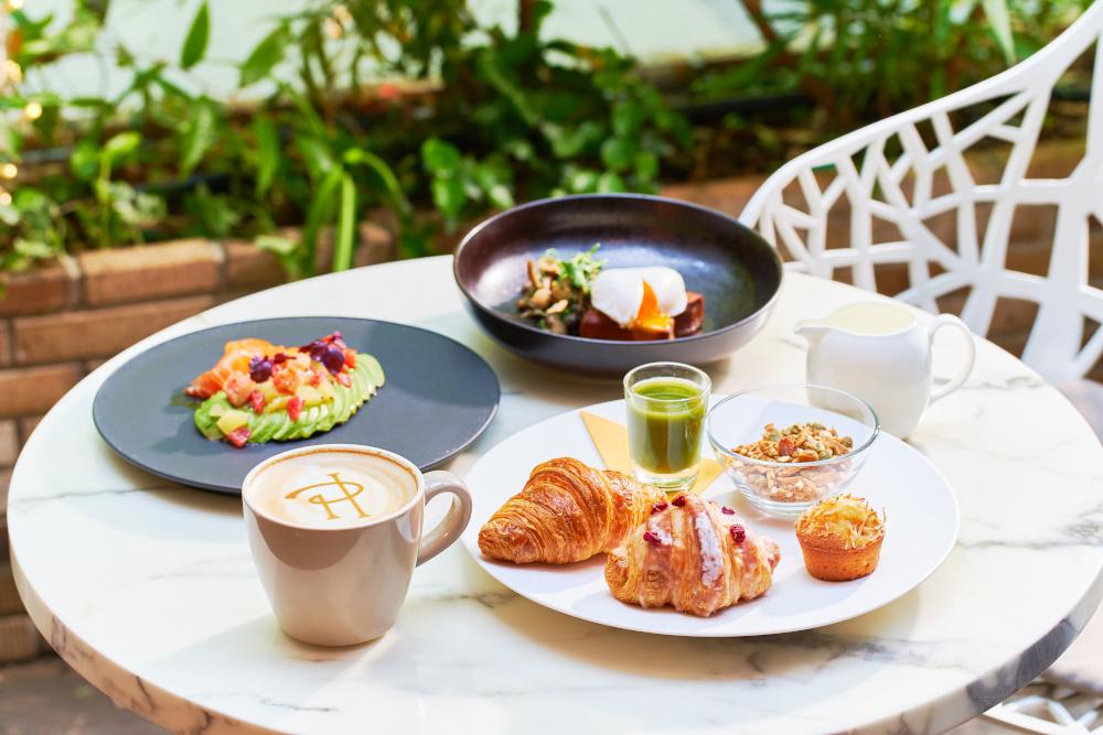1階のカフェ&ダイニング ゼルコヴァでは、土日祝日にテラス席限定で「ブランチ」(4,950円・税込・サービス料別)を提供する。クロワッサン イスパハンやフレンチトースト サレなどをテラスでゆっくりと味わいたい。
