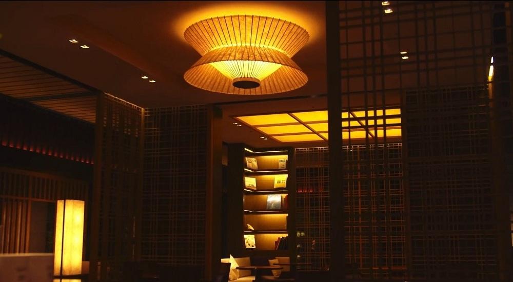 ホテルで使用される和傘のランプシェード