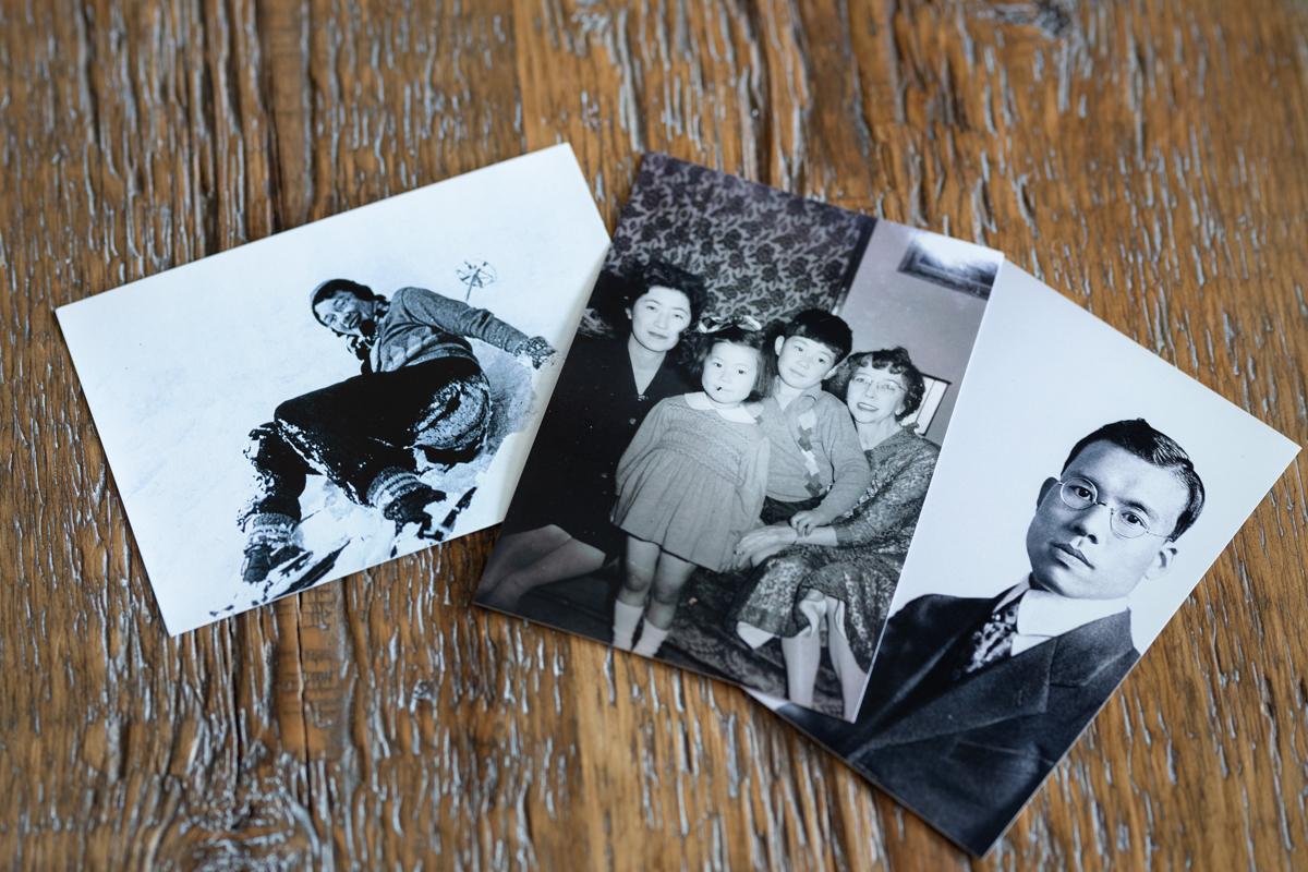 中央の写真には幼い頃の私と右端には祖母リタ。左端には母そして妹。左は祖母リタ、右は祖父政孝の若き日の写真。