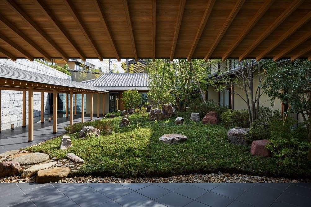 歴史的地区の景観に溶け込むように設計された外観。ホテルエントランスの庭は、庭師の北山安夫氏によるもの。