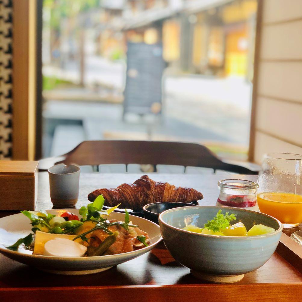 二寧坂で行き交う人を眺めながらの朝食。