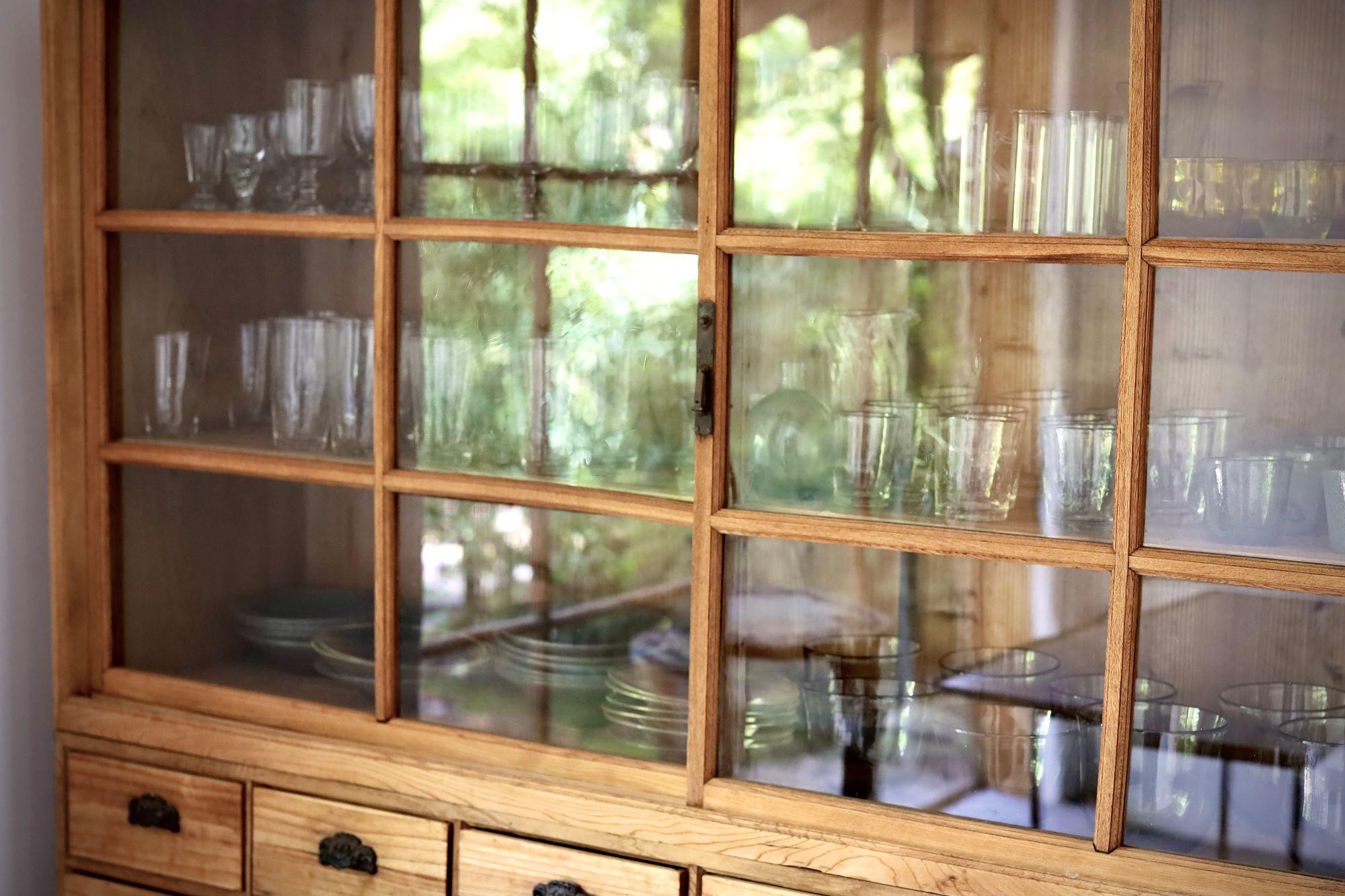 庭の緑が写り込んでいる細川家の食器棚。