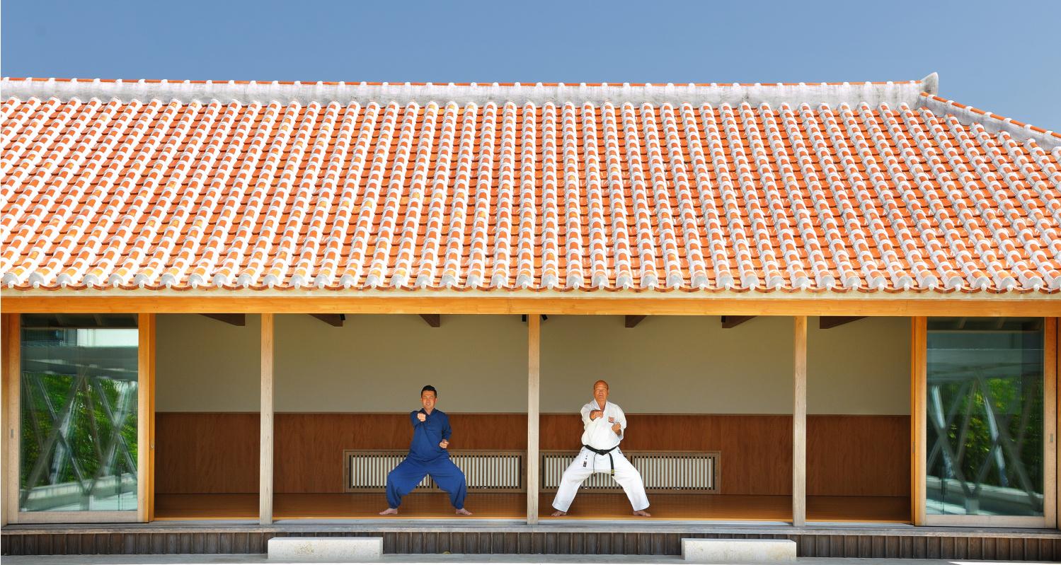 赤瓦の大屋根に開放的な縁側が特徴的な道場で、有段者から基礎の型や唐手の歴史、心得を学ぶ。最終日には木製の板を割る試割りに挑戦する。