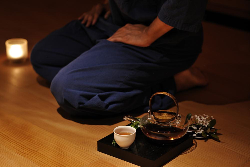 日中は道場で稽古を、夜間は稽古で覚えた型を闇の中で繰り返す動禅瞑想を行い、睡眠の質を高めるお茶で締めくくる。