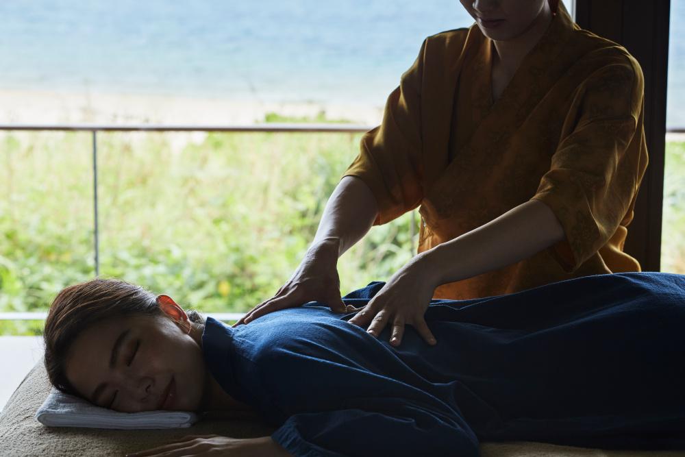 昼の稽古が終わったら、海を望む客室で指圧マッサージを受けて身体を整える。