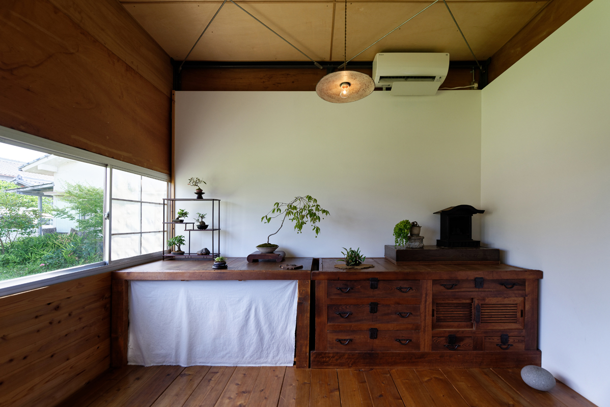 使ってきた人の姿が見えるようなアンティーク家具。研究所の雰囲気にしっくりはまっている。