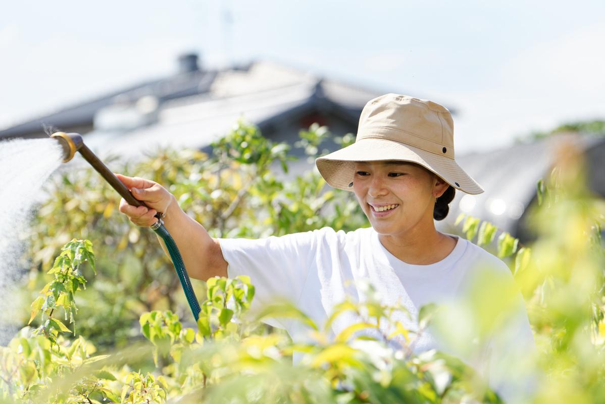 貿易関係に携わる父の影響で海外に憧れたが、日本文化に興味が向き盆栽に行き着いた久実子。