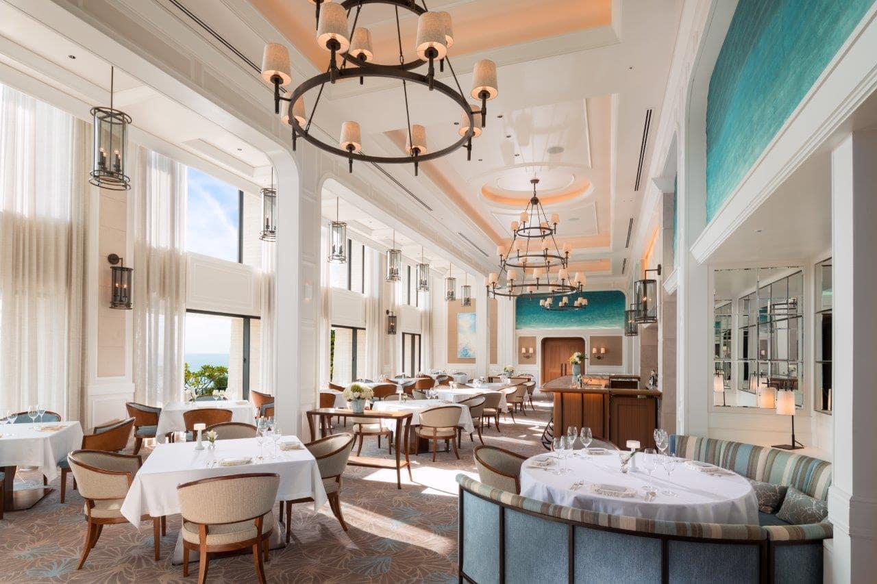 """イノベーティブ・レストラン「シルー(SHIROUX)」は解放感ある贅沢な空間で、""""マリン・ラグジュアリー""""を演出する。"""