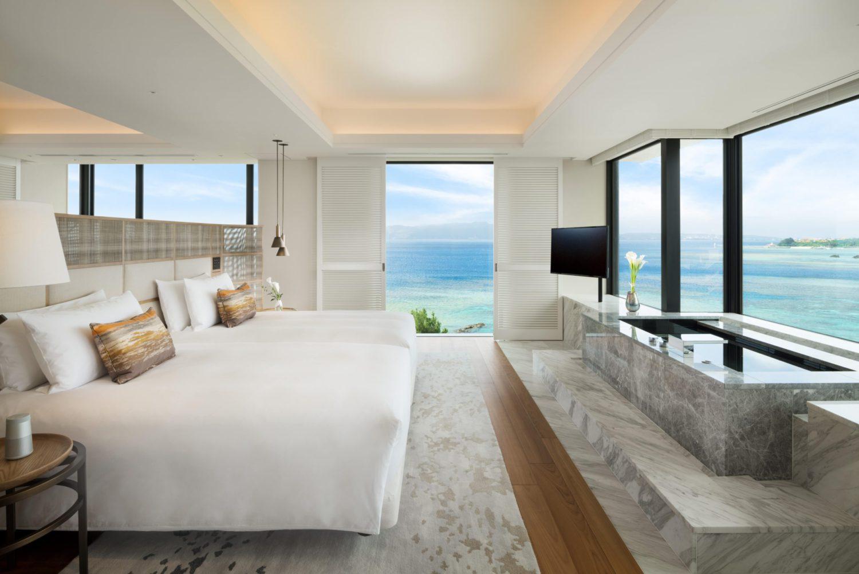 オーチャード・スイート・バルコニーのベッドルームの様子。全室オーシャンビューで、室内は白を基調としたグラデーションで統一されている。