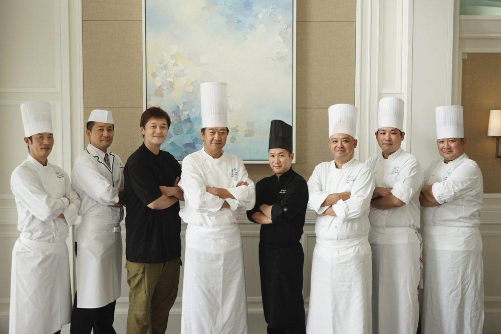 ハレクラニ沖縄のレストランを支えるシェフたち。川手寛康シェフ(左から三番目)は「シルー(SHIROUX)」の監修の立場で、定期的に訪れて、常に新たな料理に挑戦している。