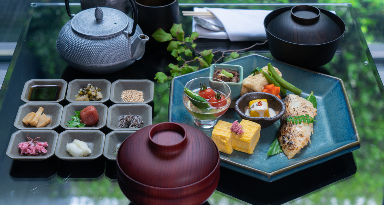 部屋でいただくこだわりの朝食『Fukiyose』をリニューアル。これまでの洋朝食と新たな和朝食『Fukiyose~Yuen~』の2種類から選ぶことができる。