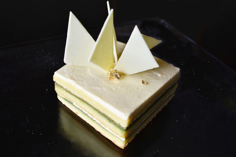 ピスタチオと抹茶、ホワイトチョコレートの層が重なるオリジナルケーキ『かさね~kasane~』。