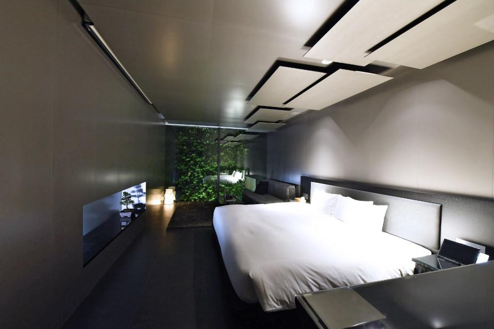 客室は、坪庭をイメージした吹き抜けに面したMOGANA BLACK。他にMOGANA GARDENとMOGANA WHITEなど、全23室。