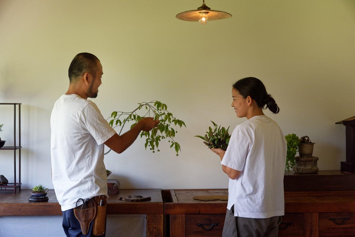 「掌にあるようで果てしなく広がる。盆栽は人とかかわるためのツールでもあります」と2人。